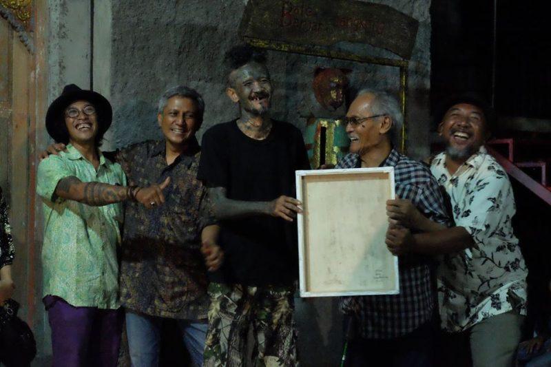 Pameran 6 in 1 di Bale Banjar Sangkring, Memberi Tanda Hormat Kepada Subroto SM