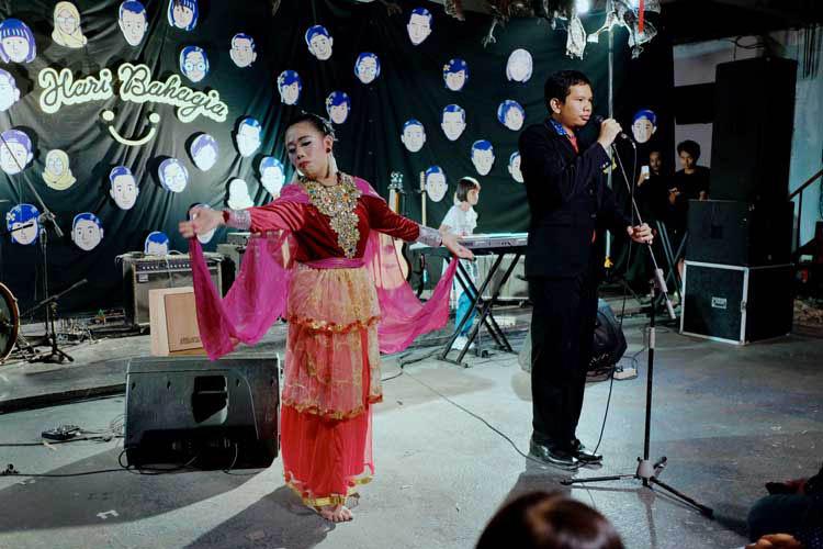 025_hari_bahagia_at_intimate_concert_keberbakatan diy_sangkringart_oktober_2019